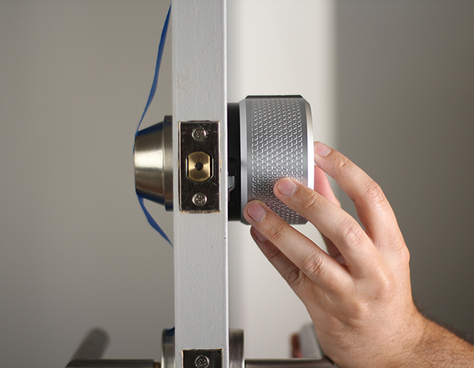 Attaching the smart lock to the mounting plate. Illustration.