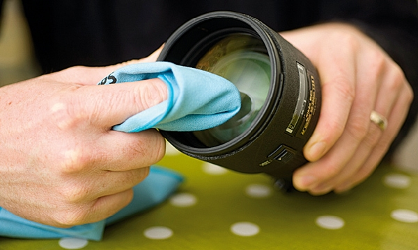 Cleaning lens with cloth.